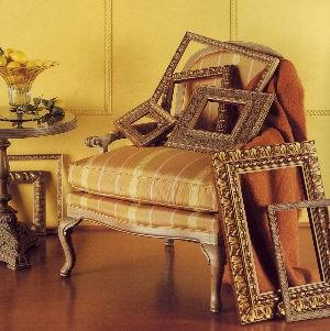 Díszített képkeretek egy rokokó stílusú fotelben a képkeret-bolt honlapján képkeretezés kategóriában
