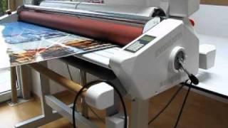 Öntapadó kasírozáshoz és fóliázáshoz használható hengeres, elektromos gép.