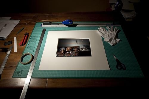 Egy négyszögletű paszpartu készítésének és egyszerű eszközeinek bemutatása.